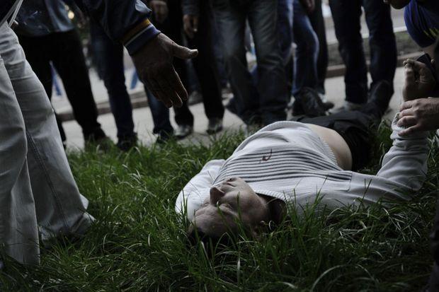 Vadim Khoudich, plombier, 38 ans, gît mort sur l'herbe.