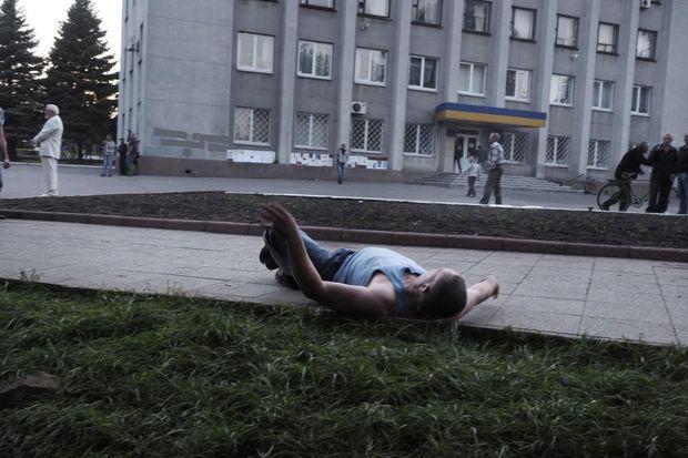 Touché à l'épaule par une balle, Youri Nikolenko s'effondre, au pieds du cadavre de Vadim Khoudich.
