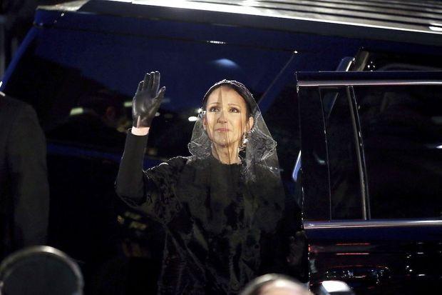 Ultime adieu de Céline Dion avant de quitter la basilique.