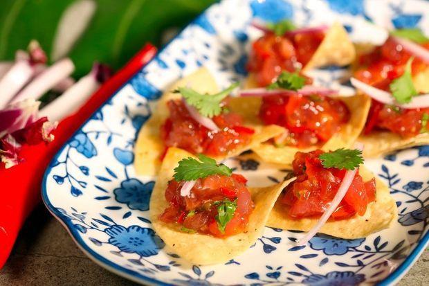 Tuna Picadito, tartare de thon sur tortilla croustillante, sriracha et sauce aigre douce.