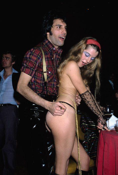 Un autographe pour une strip-teaseuse qui gardera Freddie dans la peau, lors d'une fête, en 1978.