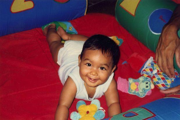 Un bébé souriant née le 22 janvier 1997, à Baie-Mahault.