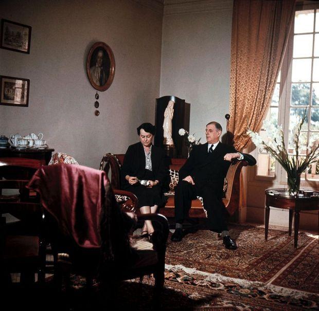 « Un canapé pour deux. Mes parents s'y installaient brièvement après le dîner. En réalité, nous passions plus de temps dans la bibliothèque. Sentimentalement, c'est ma photo préférée : elle traduit l'intimité de mon père et de ma mère à Colombey. »