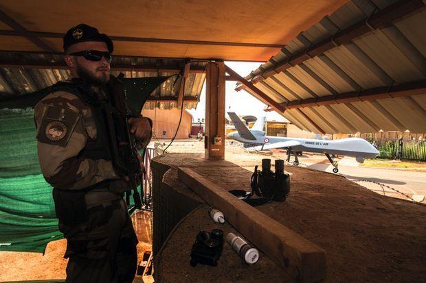 Un « commando de l'air » protège l'entrée de l'enceinte où stationnent les drones.