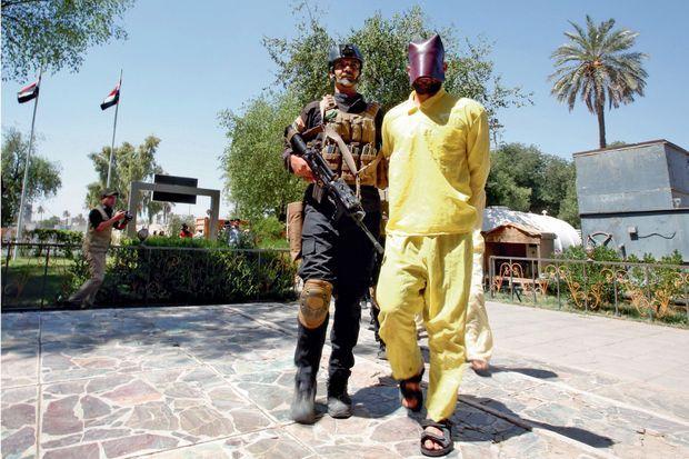 Un djihadiste présenté à la presse par les services secrets irakiens. Sa tenue jaune indique qu'il n'a pas été jugé. Après sa condamnation, elle sera orange.