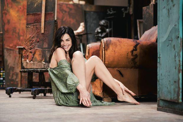 Un fauteuil défraîchi, quelques toiles, une touche de bohème, et cette artiste multiple se sent comme chez elle.