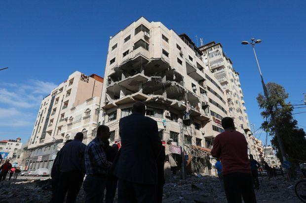 Un immeuble de Gaza, dimanche, après une frappe israélienne.