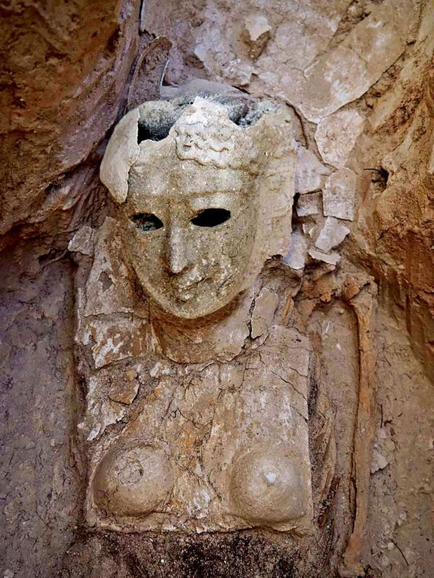Un masque funéraire presque intact, qui recouvrait partiellement une momie féminine.