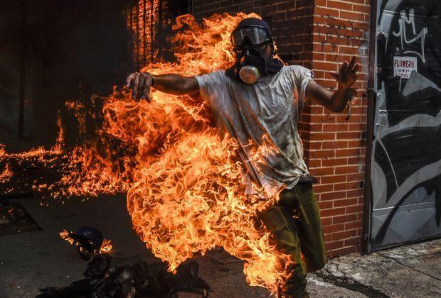 Un militant anti-Maduro