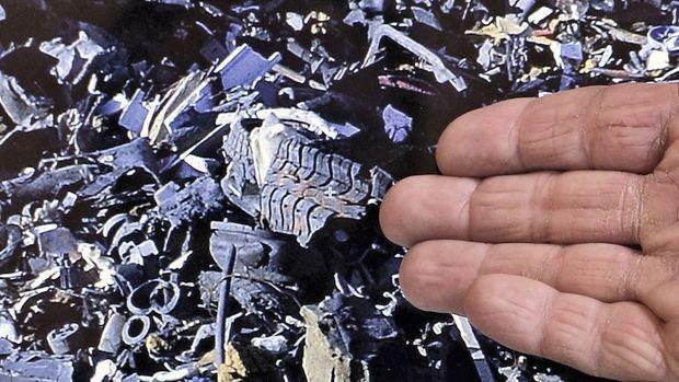 Un opposant au projet montre les morceaux de pneus déversés par GDE au cours de deux journées d'exploitation de la décharge, malgré la législation leur interdisant ce type de dépôt.