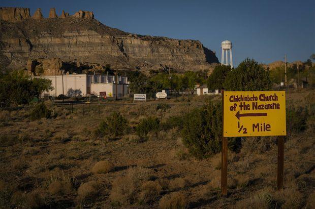 Un panneau indique le chemin vers l'église de Chilchinbeto.