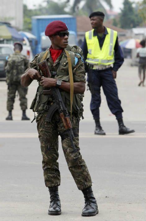 Un soldat garde le domicile d'Etienne Tshisekedi à Kinshasa avant le sommet de la francophonie en octobre 2012 pendant lequel le Président Hollande a promis de promouvoir la démocratie en Afrique