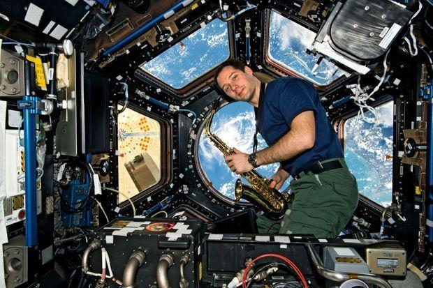 Un solo à 400 kilomètres au-dessus de la terre. Pour l'anniversaire de Thomas, le 27 février, son saxo a été acheminé par cargo ravitailleur, avec la complicité de la Nasa.