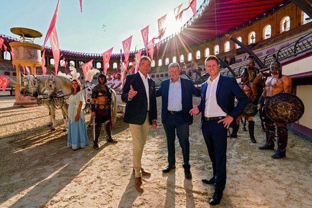 Un triumvirat qui descend dans l'arène (de g. à dr.) : Laurent Albert, directeur général et l'un des fondateurs, Philippe de Villiers et son fils Nicolas, président du Puy du Fou.