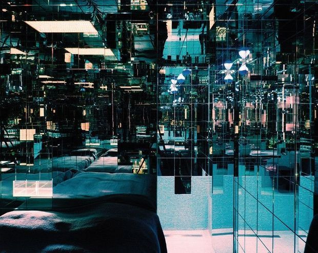 Une chambre-œuvre d'art, tapissée de mille miroirs du sol au plafond