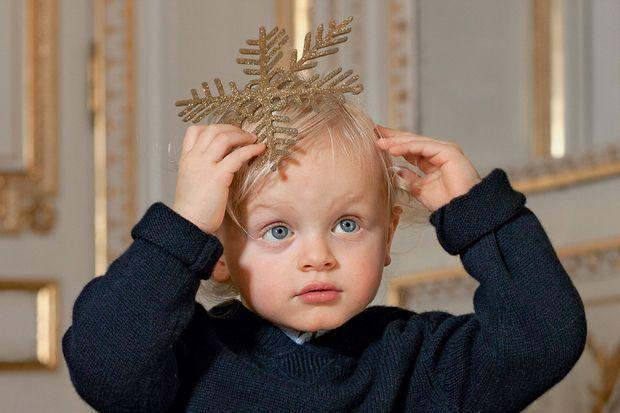 Une couronne improvisée pour Jacques, un petit prince destiné à régner.
