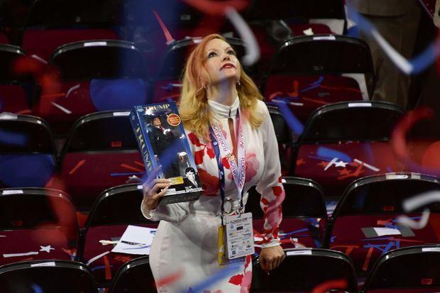 Une déléguée républicaine brandit une figurine à l'effigie de Donald Trump.