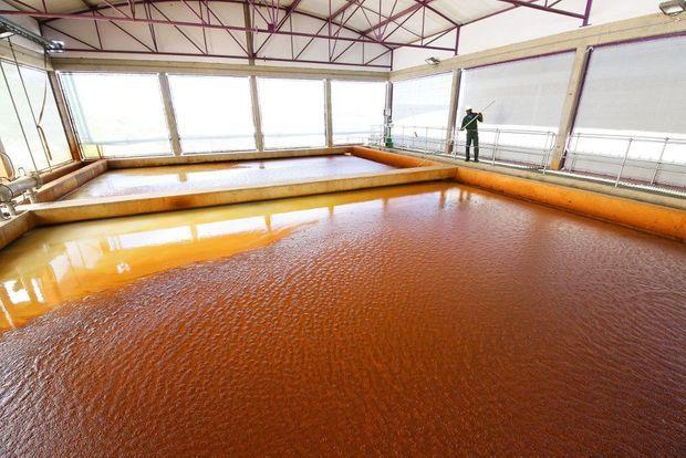 Une des premières étapes de filtration. La couleur de l'eau est due aux additifs chimiques.