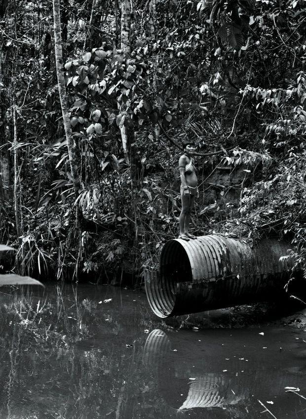 Une jeune fille sur une ancienne canalisation posée dans les années 1970, lors de la percée d'une route dévastatrice.