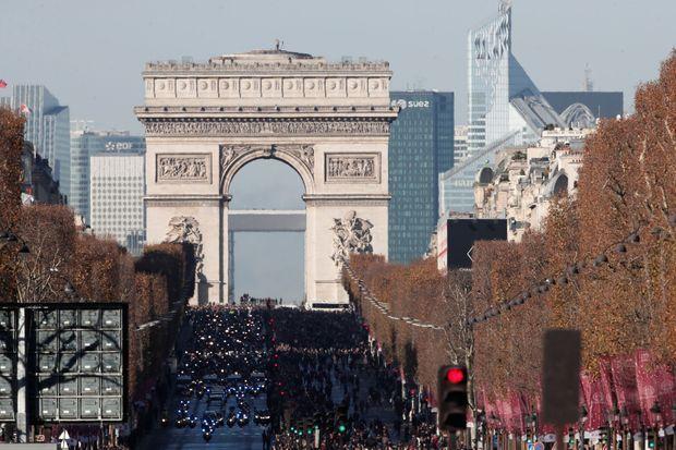 Une marée humaine a envahi les Champs-Elysées.