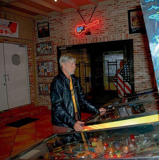 Une partie de fipper pour passer le temps : dans le hall des studios ICP, Renaud patiente entre deux prises de son.