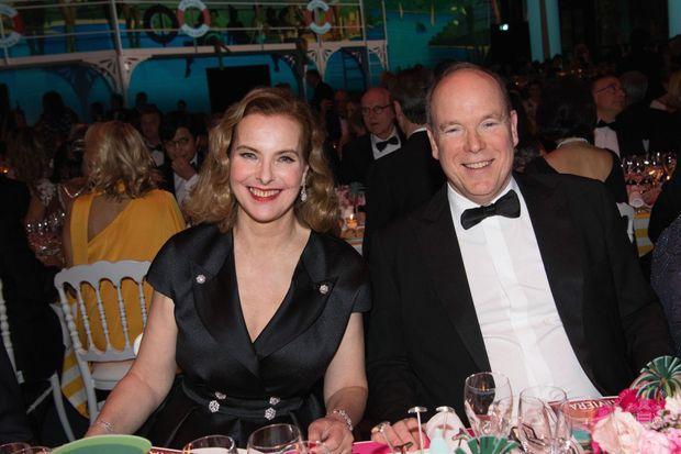 Une place d'honneur pour le premier bal de la Rose de Carole Bouquet : à la droite du prince Albert.