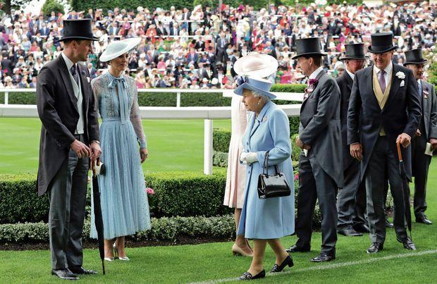 Une reine passe. Sur la pelouse de l'hippodrome, le 18 juin, le prince William et Kate en robe Elie Saab.