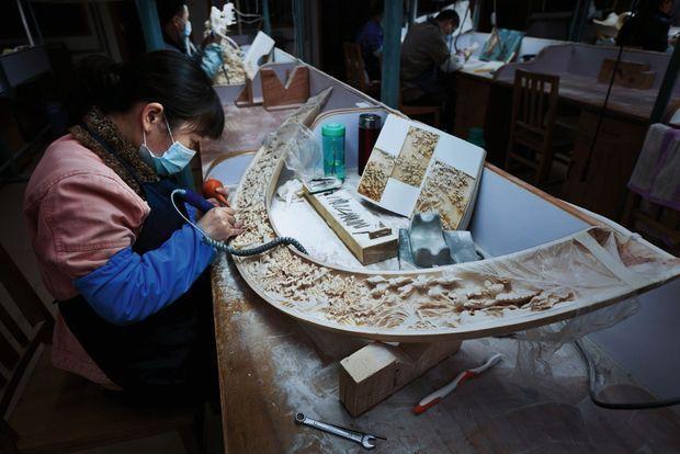 Une sculptrice d'ivoire, à Pékin, où cet art ancestral est surnommé « l'un des trois trésors ». La Chine reste le premier marché mondial de l'ivoire, même s'il y est désormais interdit.