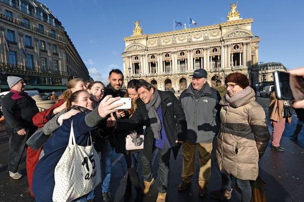 Une vraie star: ses fans s'agglutinent autour de lui alors qu'il se balade devant l'Opéra.