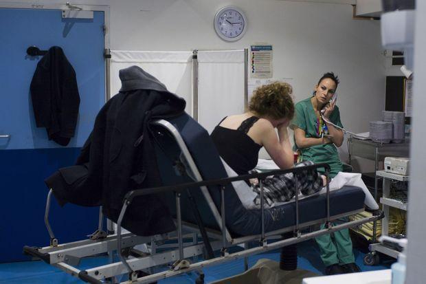 Désespoir samia avec une jeune femme qui s'est scarifié le bras : trop de lits fermés en psychiatrie, on se rabat sur les urgences.