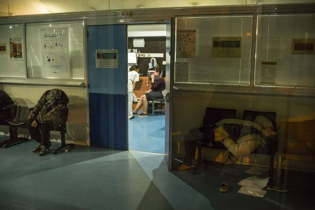 Après minuit, le hall est squatté par des SDF. certains ont des pathologies lourdes. D'autres, en état d'ébriété, s'endorment. Personne ne les délogera avant 6 heures du matin.