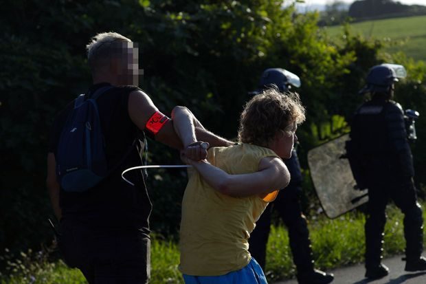 Arrestation d'un manifestant anti-G7 à Urrugne, vendredi soir.
