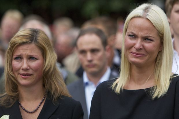 « Le 24 juillet, après la messe célébrée à la mémoire des disparus. De gauche à droite, sur le parvis de la cathédrale d'Oslo, la princesse Märtha Louise et la princesse Mette Marit qui a perdu un proche. » - Paris Match n°3245, 27 juillet 2011