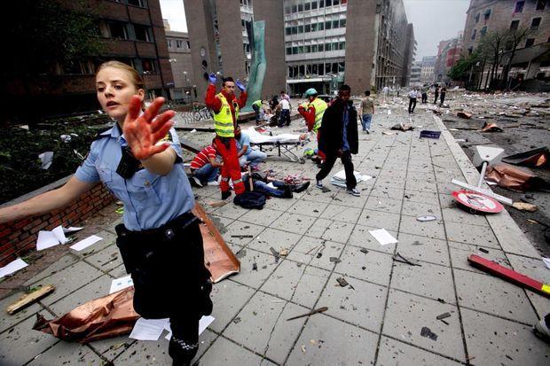 « C'était un après-midi d'été où le seul grief des passants concernait la météo maussade. D'un gris clair, le ciel passa soudain au gris cendré, et Oslo ne vit plus que les visages ensanglantés des victimes. En plein centre-ville, devant les bureaux du Premier ministre, les passants sous le choc assistent les blessés sans comprendre ce qui s'est vraiment passé. » - Paris Match n°3245, 27 juillet 2011