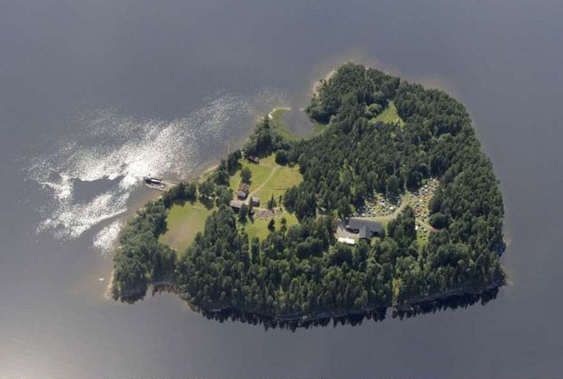 « L'île d'Utoya, un caillou d'une vingtaine de kilomètres carrés hérissé de conifères. » - Paris Match n°3245, 27 juillet 2011