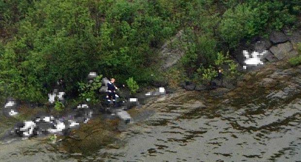 « La scène de crime est filmée depuis un hélicoptère de la télévision qui commence à survoler l'île, avant l'arrivée de la police. Le meurtrier double chaque coup, prend le temps d'achever les victimes. Le carnage méthodique a commencé à sa descente du ferry qui l'amenait sur l'île : Monika, l'organisatrice du camp depuis vingt ans, a été intriguée par ce curieux « policier » qui refuse de lui parler de l'attentat qui vient de frapper Oslo, alors même qu'on évoque une deuxième bombe. Sans un mot, il la vise, appuie sur la détente de son pistolet, ce sera sa première victime. La deuxième est un agent de sécurité bénévole qui s'interpose : le demi-frère de la princesse Mette Marit. Le tueur ne va plus laisser la moindre chance aux jeunes gens. Il avance, tire sans répit. Il a emporté des dizaines de chargeurs dans son sac à dos. Il fouille les buissons, les criques. Très entraîné, il définit ses cibles. Utilisant deux armes, une carabine Ruger MiniI4GB tirant des balles 233 Remington et un pistolet Glock semi-automatique 17.9 mm, renommé pour son faible recul, sa précision, sa cadence de tir. » - Paris Match n°3245, 27 juillet 2011