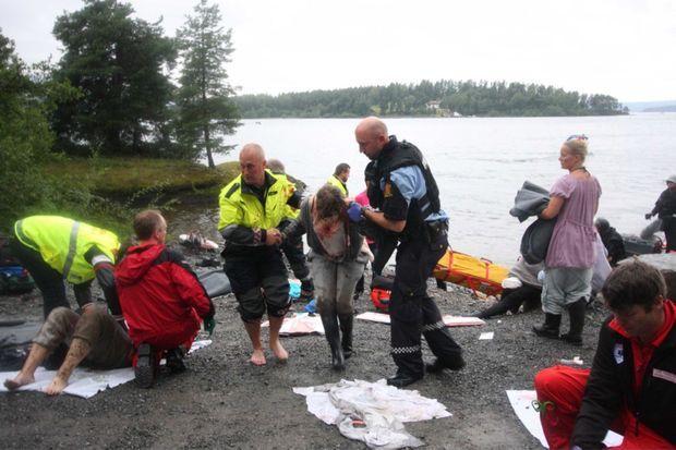 « Les secours apportent les premiers soins aux blessés sur les rivages de la côte, en face de l'île d'Utoya. » - Paris Match n°3245, 27 juillet 2011