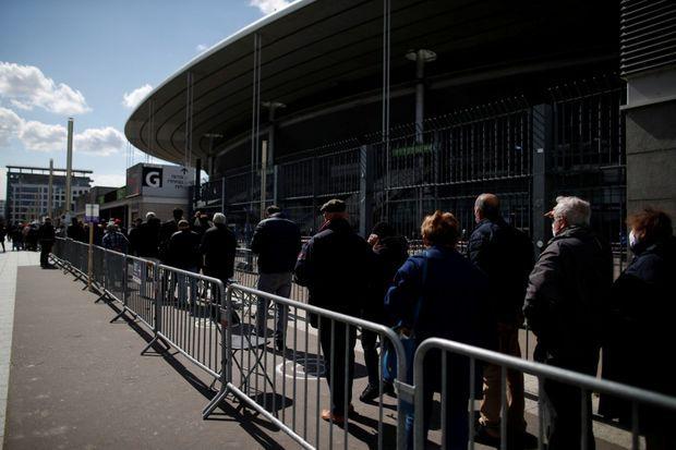 La file d'attente pour aller se faire vacciner au Stade de France, le 6 avril.