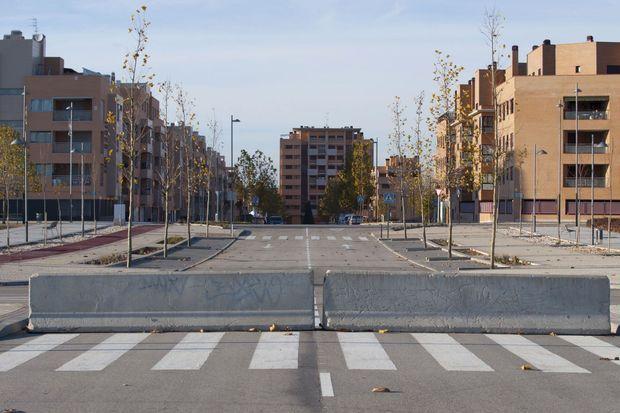 """Ciudad Valdeluz, une ville nouvelle construite en 2004 pour 30 000 personnes et un énorme fiasco. Plus besoin de réseau de circulation pour les quelque 1 200 habitants, 4 % de la population prévue. « En Espagne, écrit """"El Pais"""", on pourrait loger toute la Norvège dans les résidences vacantes. »"""