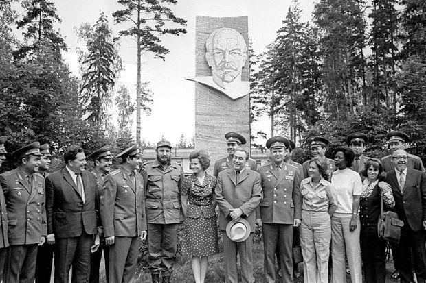Valentina Terechkova en 1970, en robe à pois entre Fidel Castro et Leonid Brezhnev, avec les cosmonautes soviétiques.