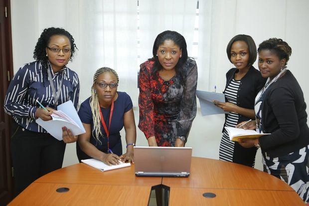 Valérie Neim et ses collaboratrices à Douala en mars 2016. Au Cameroun, sa société de microcrédit emploie 200 salariés dont 80 % de femmes.