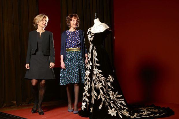 Valérie Pécresse et Marisol Touraine devant une robe de la comtesse Greffulhe