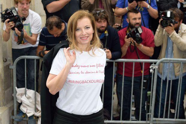 """Valérie Trierweiler portant un tee-shirt """"Bring back our girls"""", avant le défilé Dior, le 7 juillet dernier."""