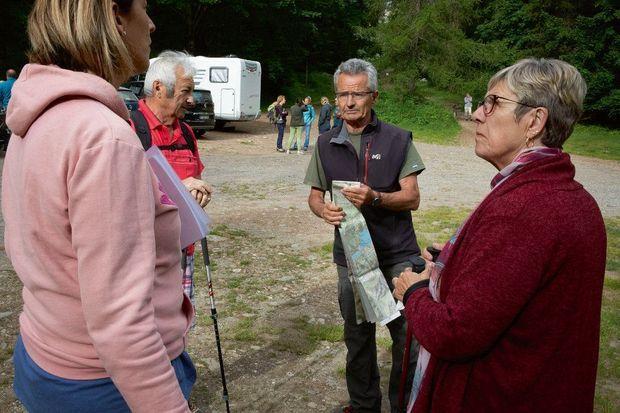 Vanessa Faure (à gauche), la sœur de Cédric Delahaie, et ses parents avec un ancien garde forestier venu prêter main-forte lors des recherches menées le 19 juin.