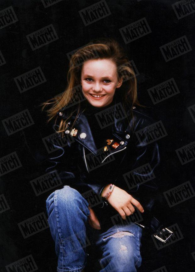 """""""Vanessa Paradis est la nouvelle reine des femmes-enfants de la chanson. En un disque et un clip, 'Joe le taxi' l'a propulsée au premier rang"""" - Paris Match n°2004, 23 octobre 1987"""