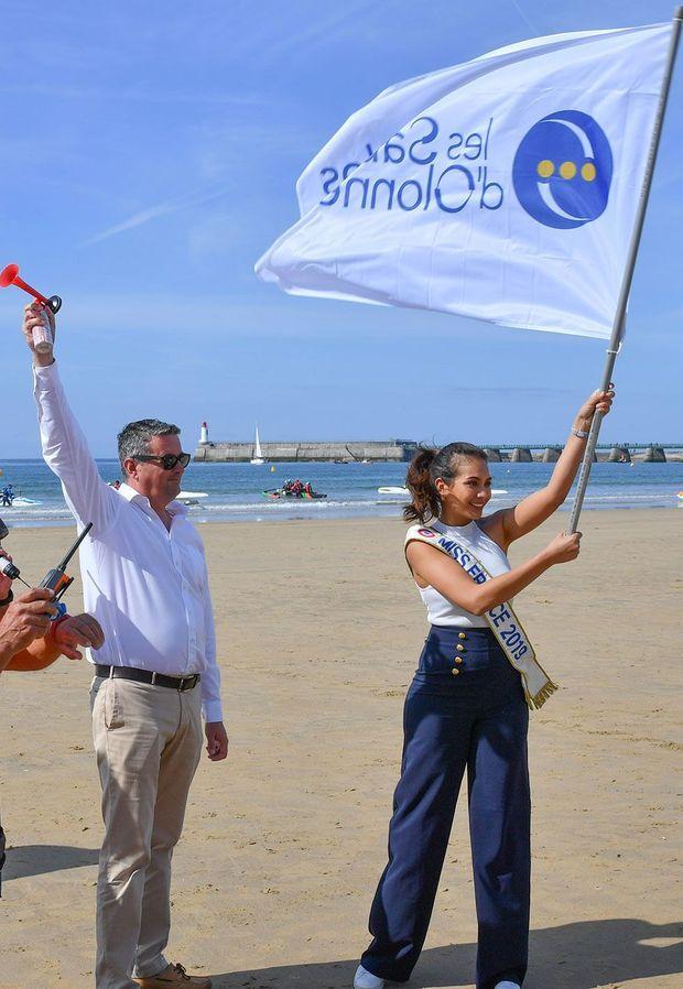 Vaimalama Chaves, Miss France, a donné ce jeudi 30 mai, le départ de la 10e édition de la Vendée Va'a sur la grande plage, aux côté de Yannick Moreau, le maire de la ville.