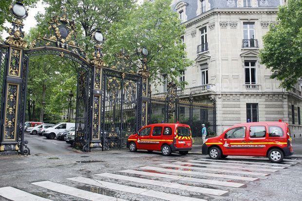 Des véhicules de pompiers à l'entrée du parc Monceau, à Paris, samedi.