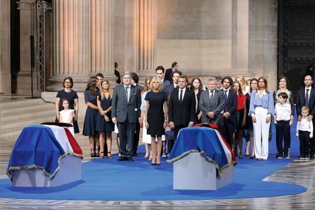 Autour du couple présidentiel et des fils Jean (à droite) et Pierre-François Veil, le clan se recueille devant les deux cercueils.