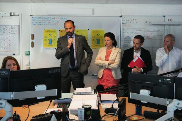 Vendredi 28 juin. Avec Agnès Buzyn, ministre de la Santé, il se fait expliquer en pleine canicule le fonctionnement de la cellule de crise.