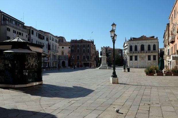 Place vide à Venise, le 15 mars 2020.